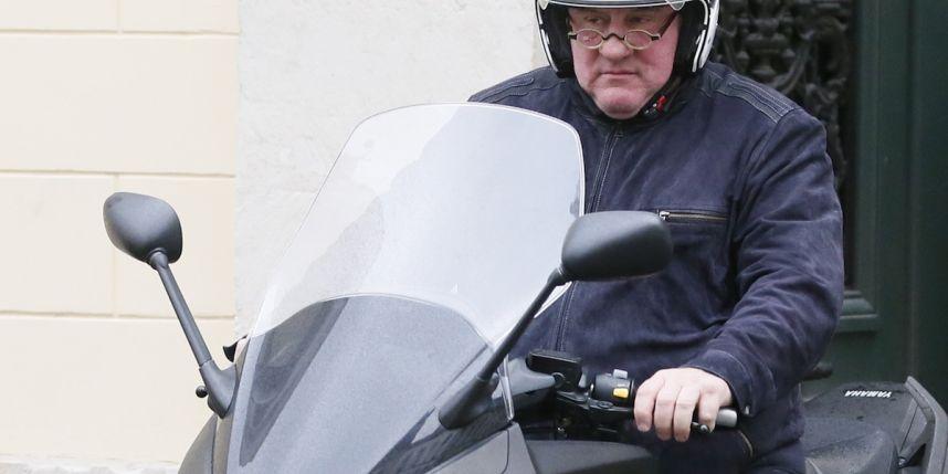 Gérard Depardieu sur son scooter à Paris en janvier 2013.